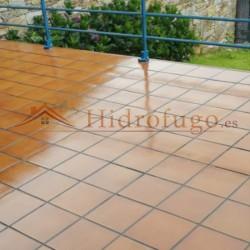 Aplicación en terraza de goma líquida incolora elástica