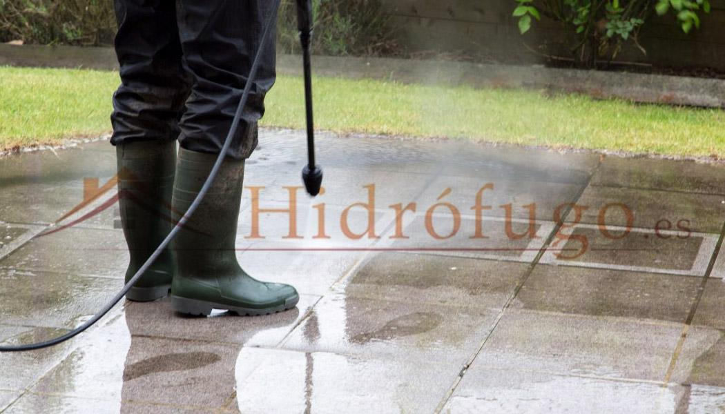 Limpiar con hidrolavadora suelo después de aplicar Limpiador Antihumedades